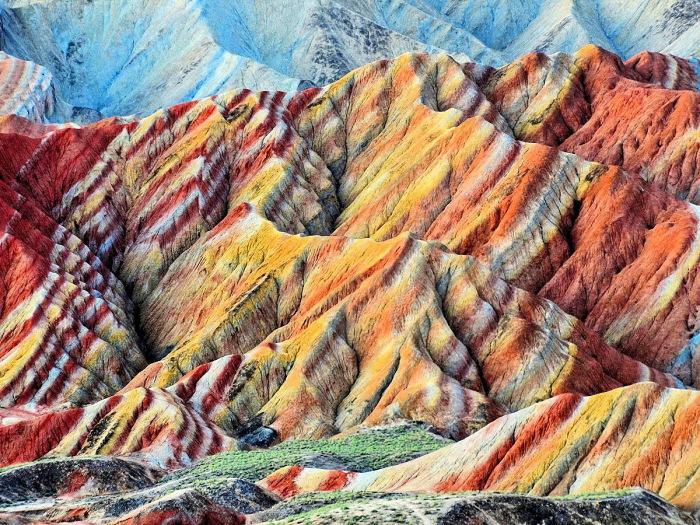 Необычная раскраска гор в провинции Гансу.