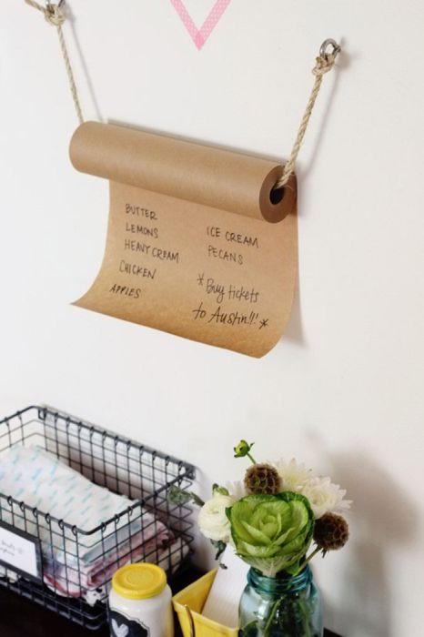 Моток крафт-бумаги, используемая для записей.