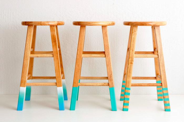 Прекрасные табуретки с покрашенными в яркий цвет ножками.