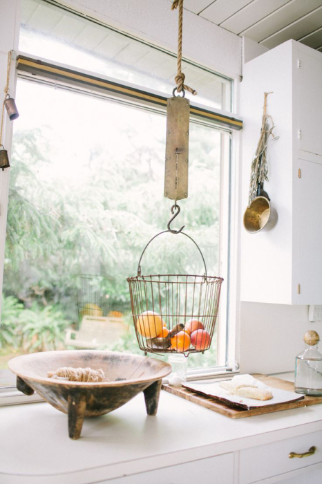 Подвесная корзина с фруктами выглядит очень стильно, а так же экономит место на кухне.