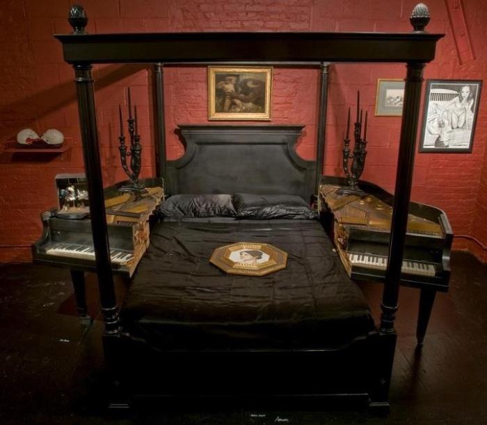 Распиленное на две половины пианино как оригинальные прикроватные тумбы.