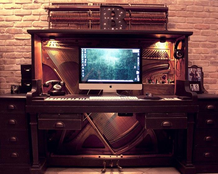 Старое пианино, превращенное в неповторимый компьютерный стол.