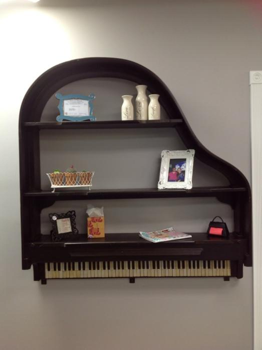 Необычная полка из пианино, которая привлекает внимание и вызывает интерес.