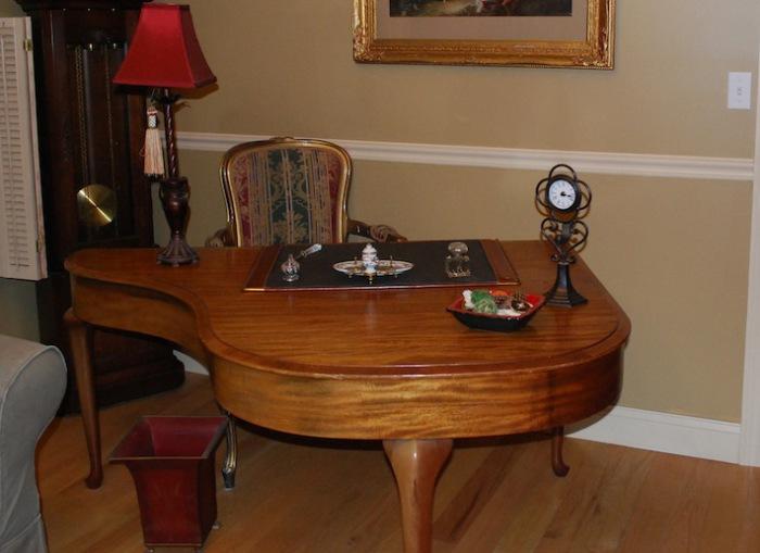 Элегантное рабочее место вместо старого пианино.