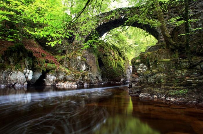 Древние мосты, дополняющие окружающий их ландшафт.