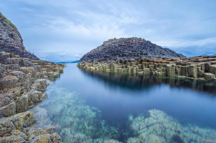Необычные скалы острова Стафф.