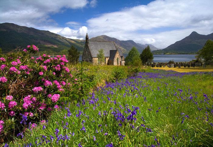 Епископальная Церковь Святого Джона среди цветущих лугов.