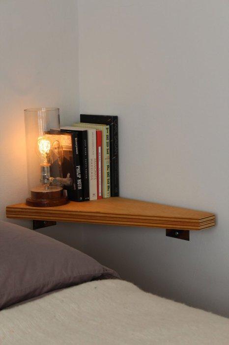 Простой дизайн прикроватной полки позволит сохранить много места в комнате.