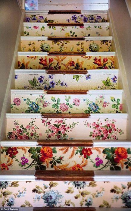 Оригинальные цветочные узоры могут полностью преобразить лестницу в доме.