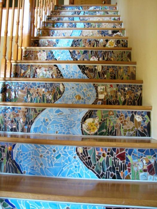 Замечательный способ украсить лестницу.