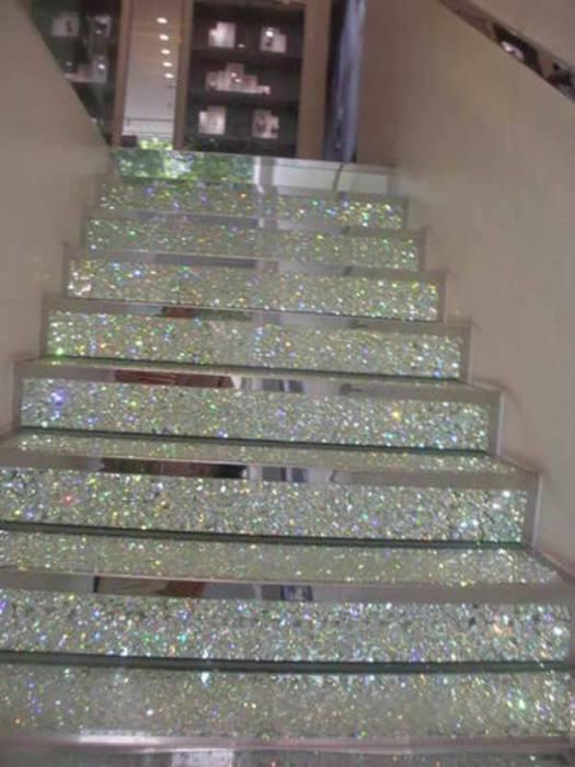 Ступеньки лестницы полностью покрытые блестками.