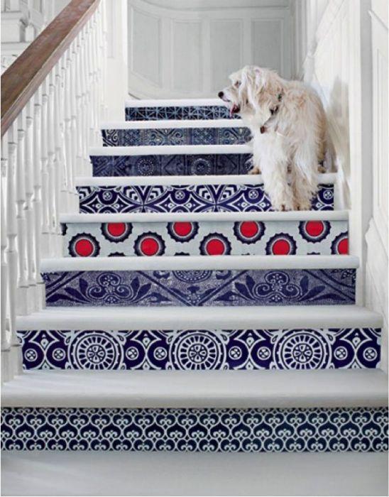 Различные узоры под ступеньками лестницы.