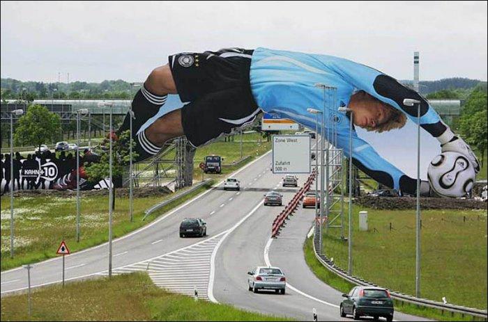 Креативная реклама футбольного матча.