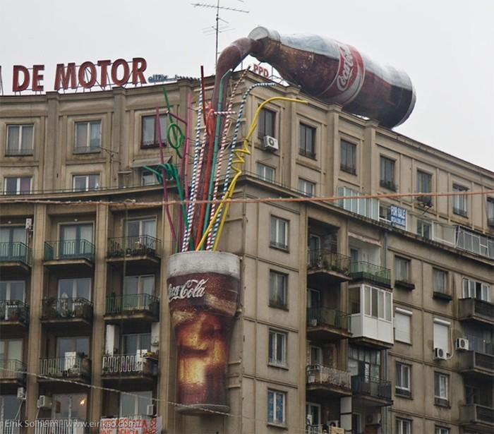 Масштабная реклама газировки Coca-Cola.