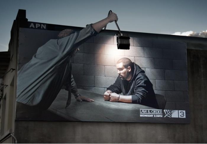 Неординарная реклама телепередачи про закон.