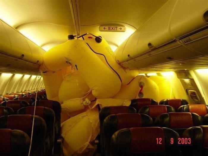 Спасательная шлюпка надулась автоматически, когда самолет стоял на земле.