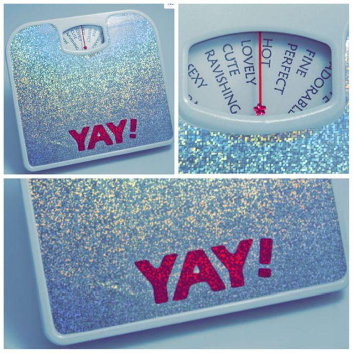 Забавные весы, на которых вместо чисел - слова-характеристики.