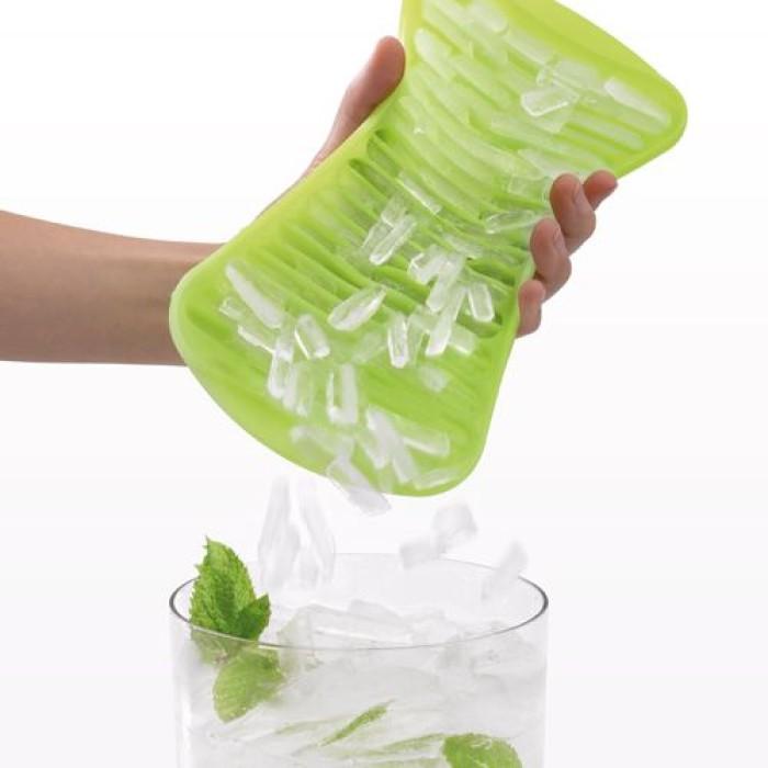 Полезный при охлаждении напитков лоток для льда.