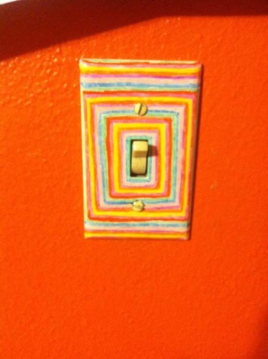 Яркий выключатель в тон стены.