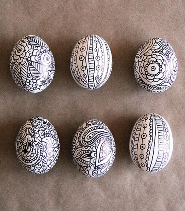Прекрасный способ легко разукрасить яйца к Пасхе, не прибегая к помощи рассыпчатых пищевых красителей.