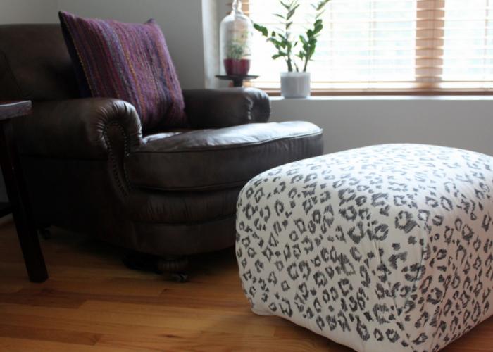 Замечательный пуф с леопардовым принтом, сделанным простым маркером.
