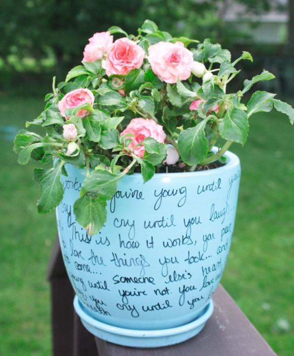 Любимое стихотворение, написанное маркером на цветочном горшке.