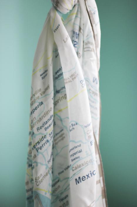 Стильный шарф нейтральных цветов будет гармонировать с любым нарядом.
