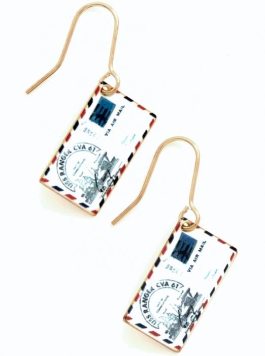 Оригинальные серьги, которые представляют собой мини-письма.