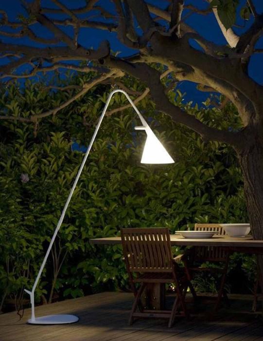 Лампа необычной формы, которая легко впишется практически в любой интерьер.