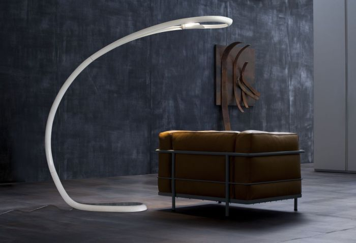 Элегантная закругленная лампа в стиле минимализм.