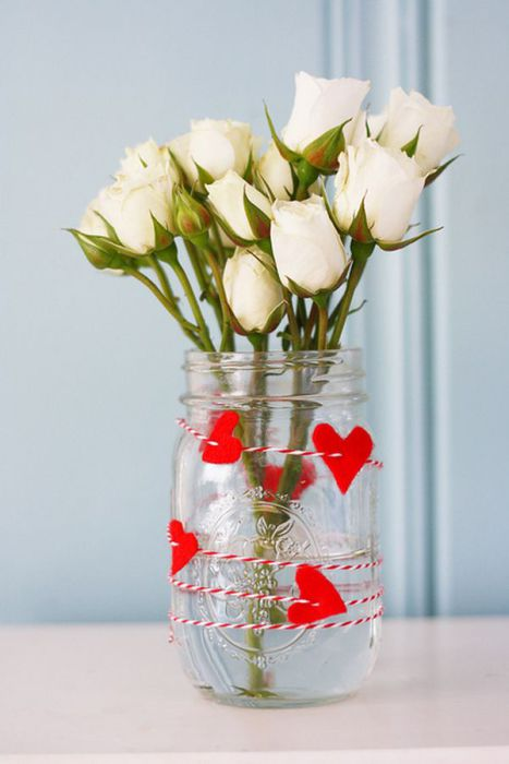 Остается только добавить цветы в вазу и очаровательный подарок готов.