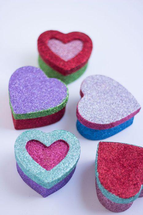 Блестящие коробочки с конфетами внутри - восхитительный подарок для ребенка.