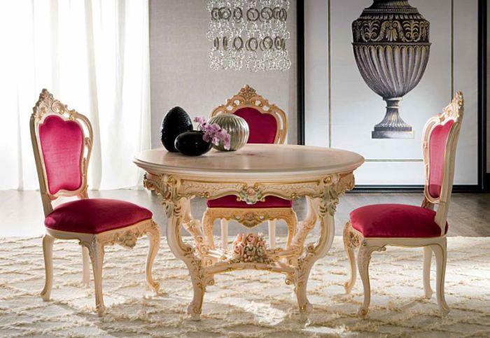 Изящная столовая с круглым обеденным столом.