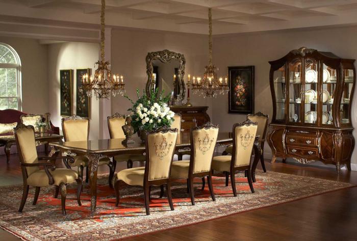 Рассчитанная на большое количество гостей столовая.