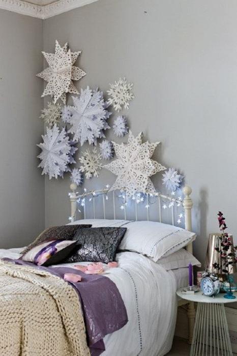 Объемные снежинки в качестве украшения для стены.