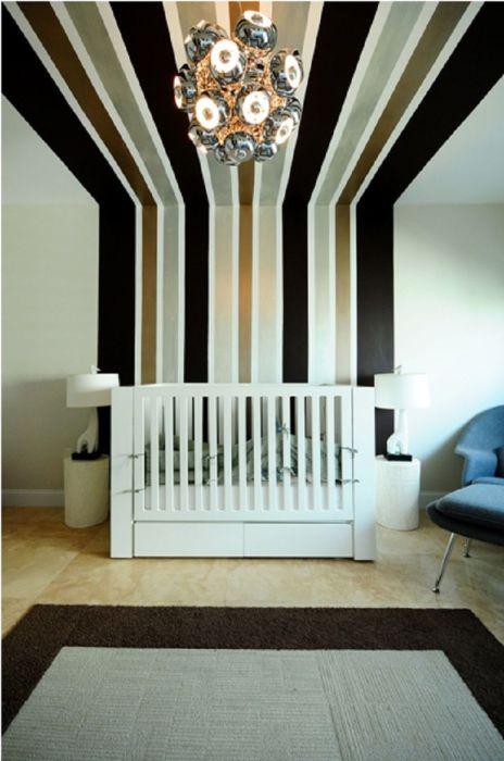 Вертикальные полосы для визуального увеличения комнаты.
