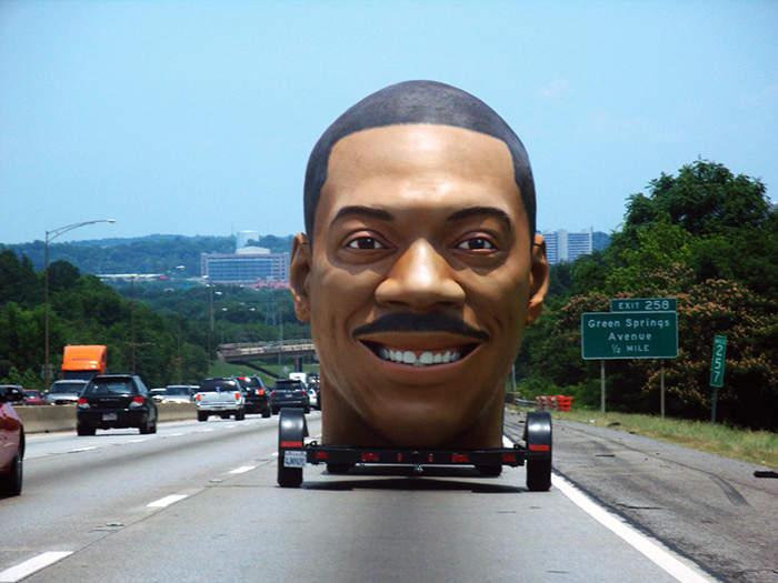 Увидев такую статую на дороге, можно испугаться до смерти.