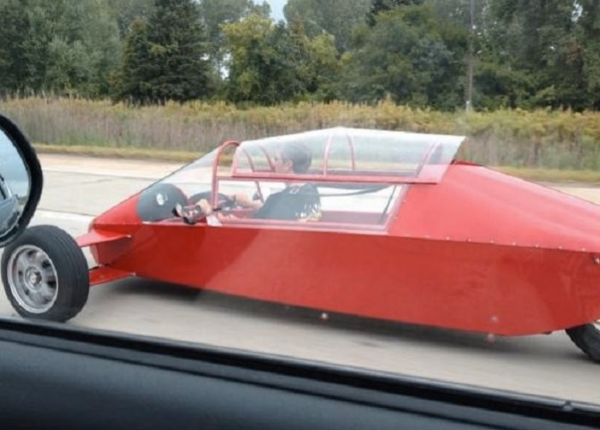Великолепный автомобиль-капсула, напоминающий машину будущего в старых фильмах.