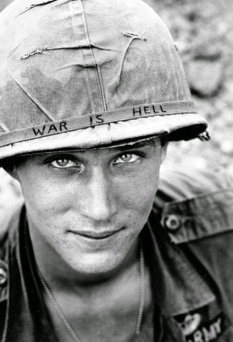 Надпись на каске: «Война - это ад».