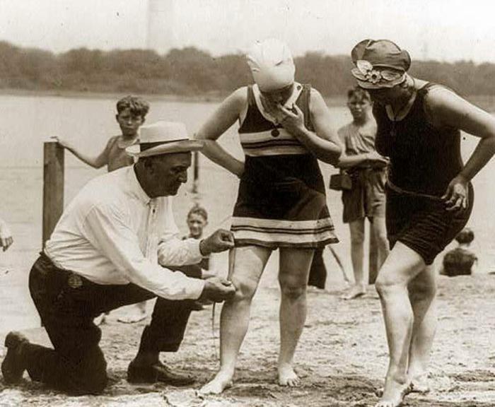 В случае, если купальник оказывался слишком коротким, женщинам выписывали штраф.
