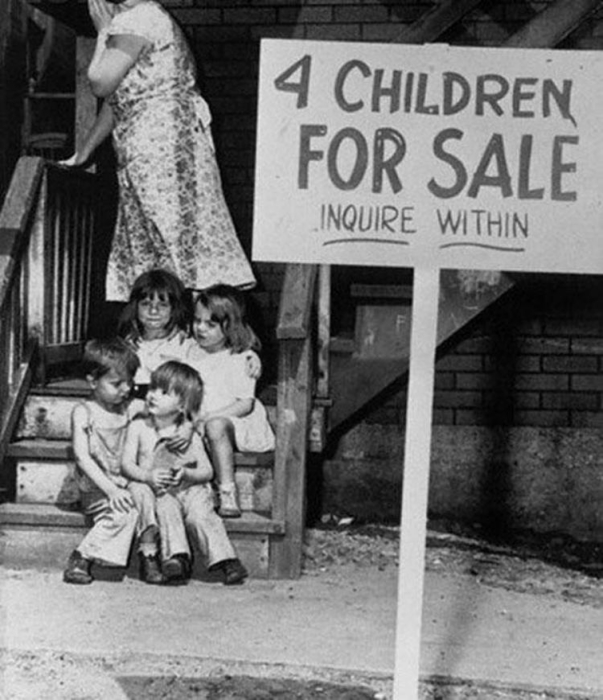 Мать выставляет на продажу своих детей.