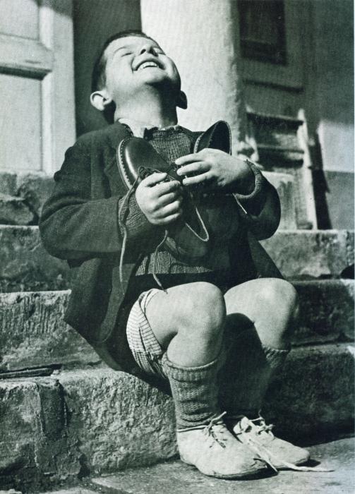 Радостный мальчик и его туфли.