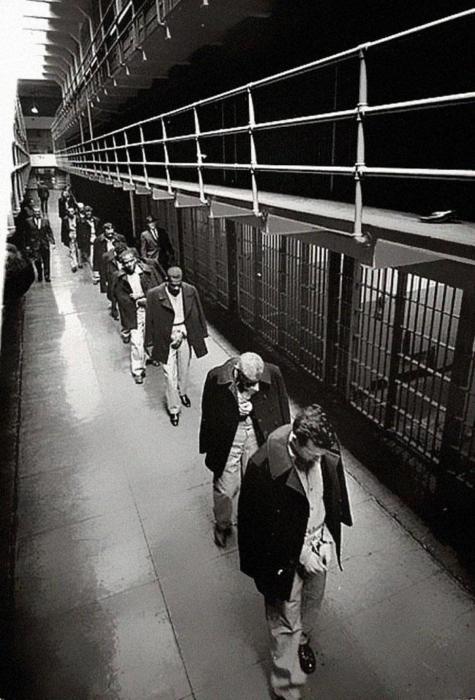 Последние заключенные тюрьмы, из которой невозможно сбежать.