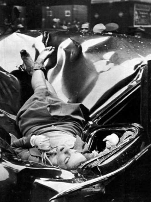 Молодая женщина на крыше автомобиля после совершения самоубийства.