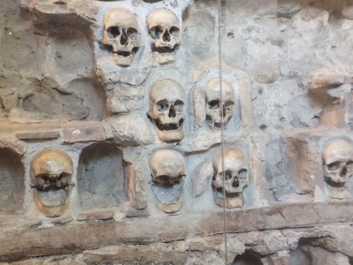 Башня, в возведении которой использовались человеческие черепа.