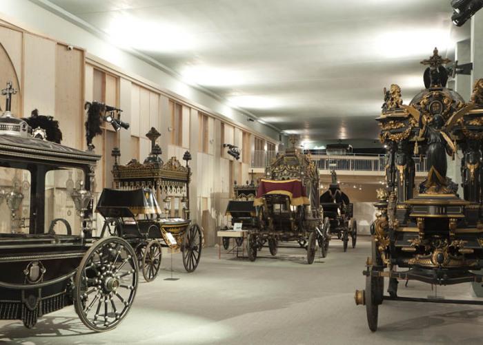 Экспозиция состоит из 13 прекрасных экипажей для похорон и шести диванчиков, использовавшихся для транспортировки покойников.