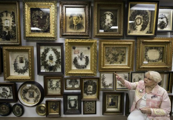 Музей, в котором собраны более четырехсот венков и две тысячи произведений искусства, сделанных из человеческих волос.