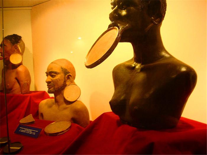 Музей рассказывает о многочисленных методах стать красивее,  к которым прибегали и прибегают люди.