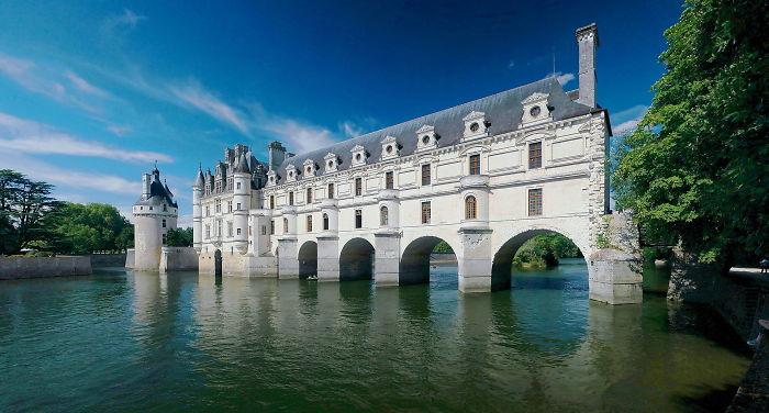 Замок также известен под названием Дамский замок