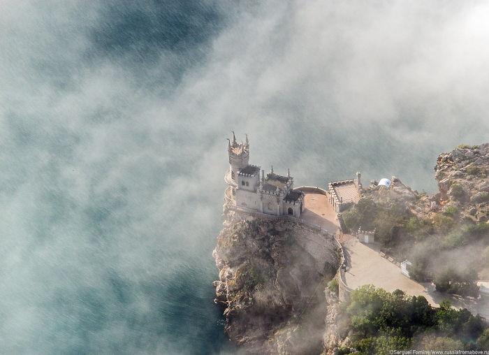 Замок Ласточкино гнездо в Крыму расположен над самим обрывом